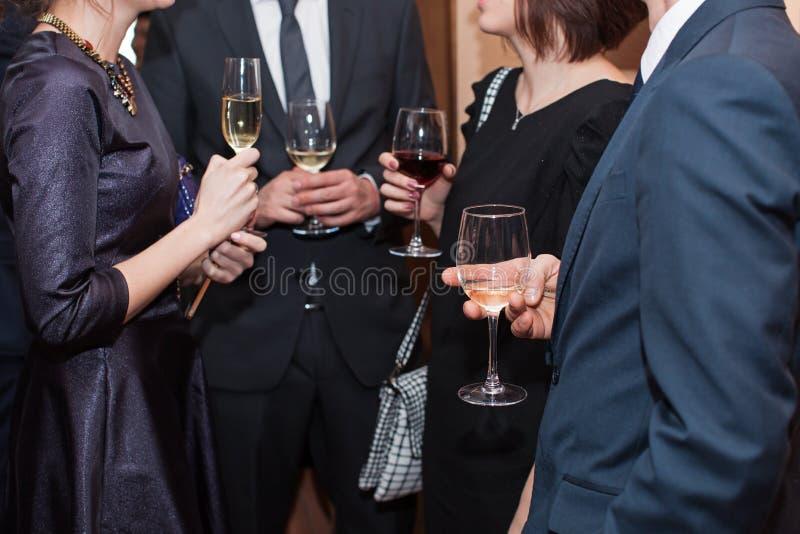 Grupp av vänner som tillsammans tycker om drinken i stång arkivfoto