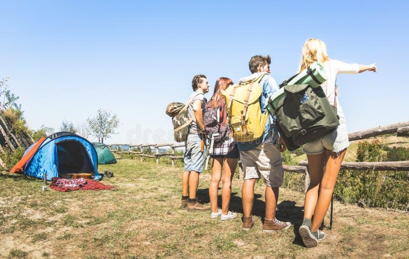 Grupp av vänner som trekking på turlägret på italienska kullar på soligt royaltyfri fotografi