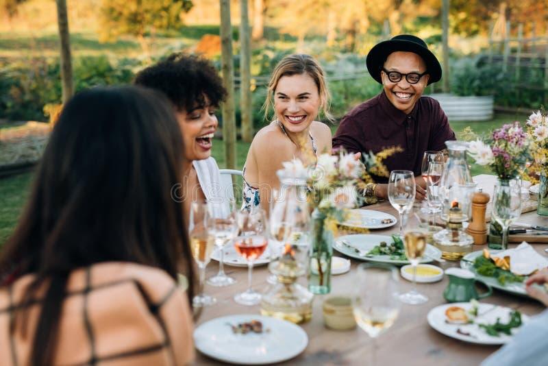 Grupp av vänner som tycker om det utomhus- partiet fotografering för bildbyråer