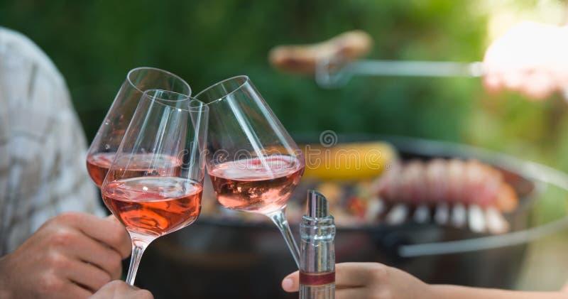 Grupp av vänner som tycker om drinken som är utomhus- royaltyfri fotografi