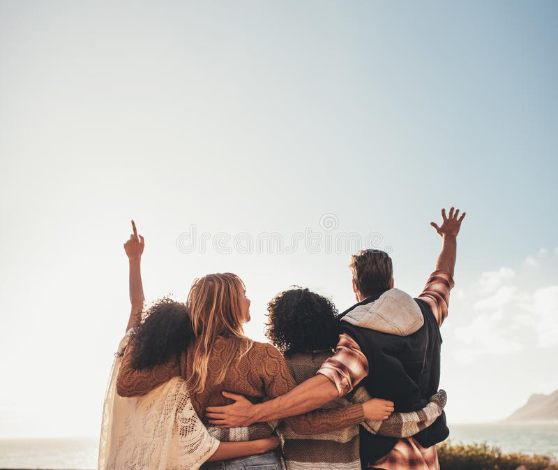 Grupp av vänner som tycker om på semester royaltyfri foto