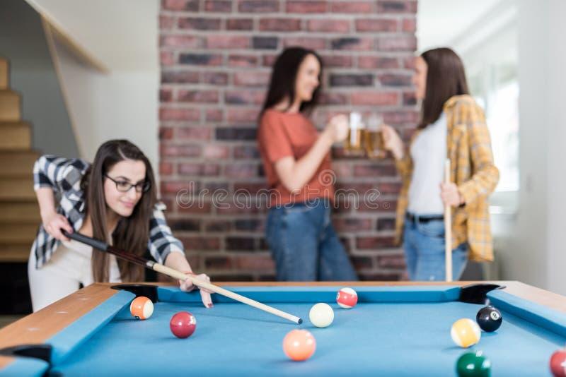 Grupp av vänner som tycker om snookerleken och dricker öl royaltyfri bild