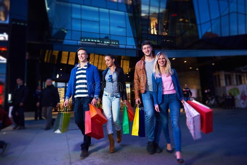 Grupp av vänner som tycker om som shoppar arkivfoto