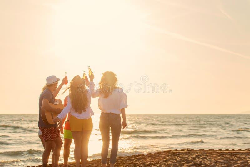 Grupp av v?nlek p? stranden arkivfoto
