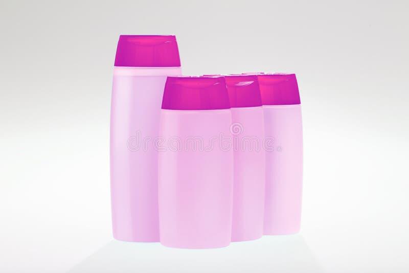 Grupp av violetta schampoflaskor royaltyfria bilder