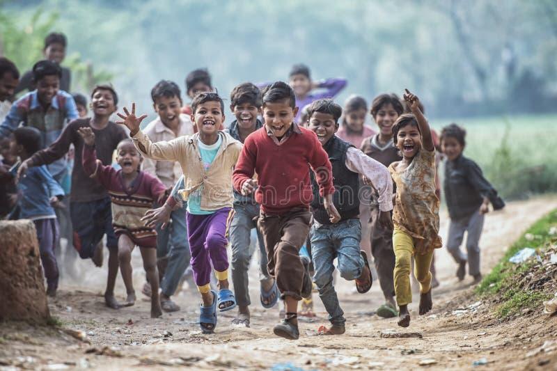 Grupp av visterösa indiska barn som söker fotografi i Agra, Uttar Pradesh, Indien royaltyfria foton