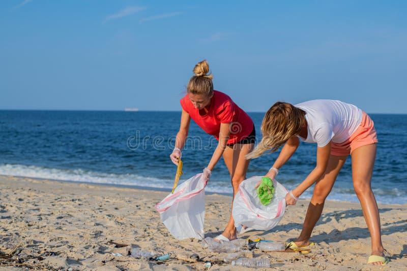 Grupp av volontärer som upp gör ren strandlinjen Att ordna för folk rackar ner på på havskust m?nga begreppsekologibilder mer min royaltyfri fotografi