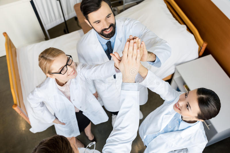 Grupp av yrkesmässiga doktorer arkivfoton
