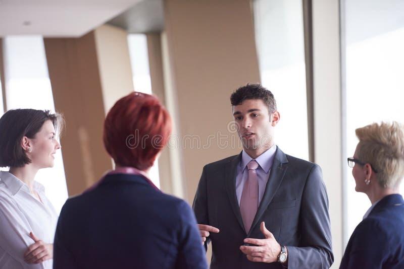 Grupp för affärsfolk på möte på det moderna ljusa kontoret royaltyfri foto