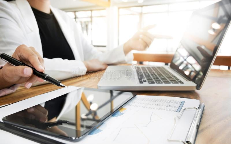 Grupp för arbete för lag för affärsfolk under konferensrapport som diskuterar finansiella data arkivbild