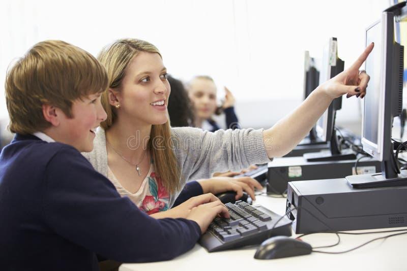 Grupp för dator för lärareAnd Pupil In skola royaltyfri fotografi