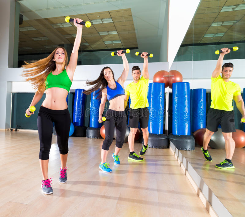 Grupp för folk för Zumba dans cardio på konditionidrottshallen arkivbild