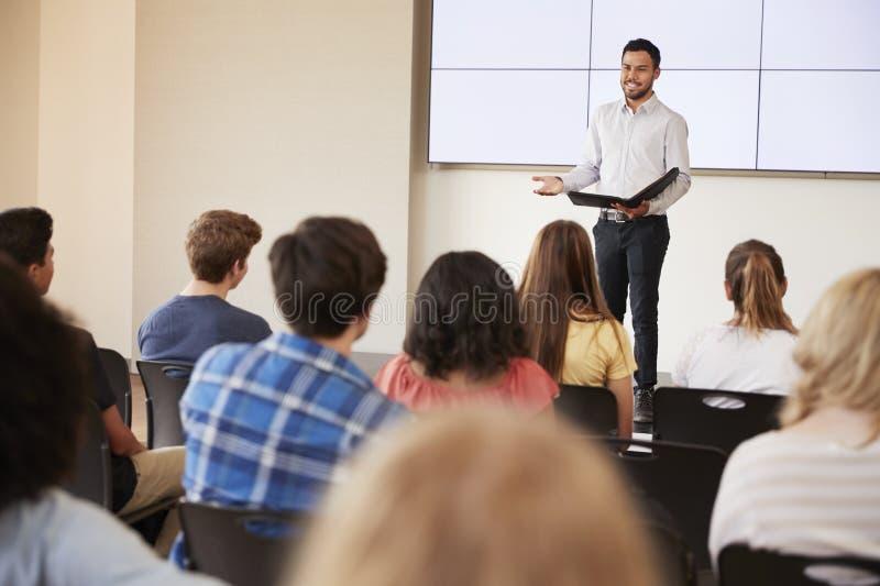 Grupp för lärareGiving Presentation To högstadium i Front Of Screen royaltyfri fotografi