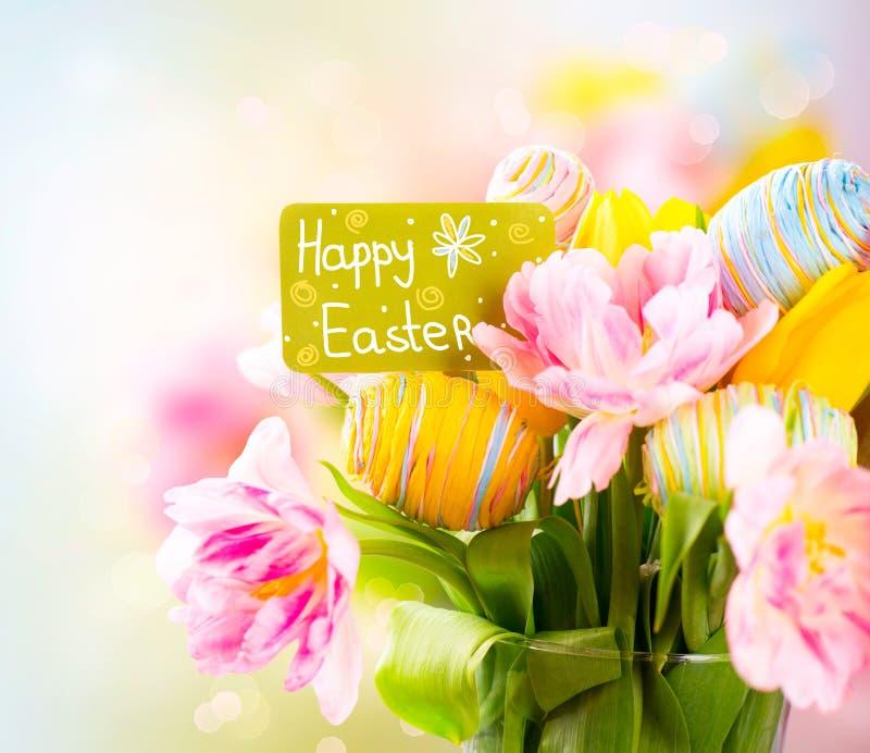 Grupp för påskferieblommor med hälsningkortet arkivbilder