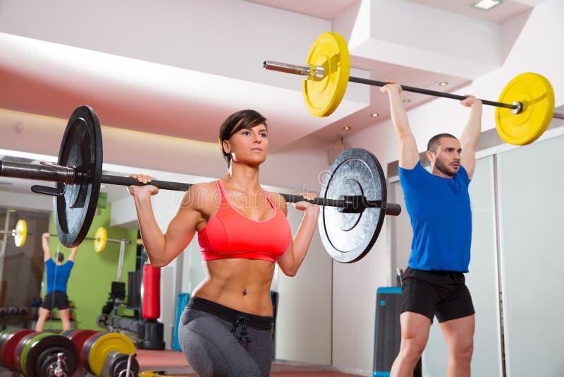 Grupp för stång för lyfta för vikt för Crossfit konditionidrottshall royaltyfria foton