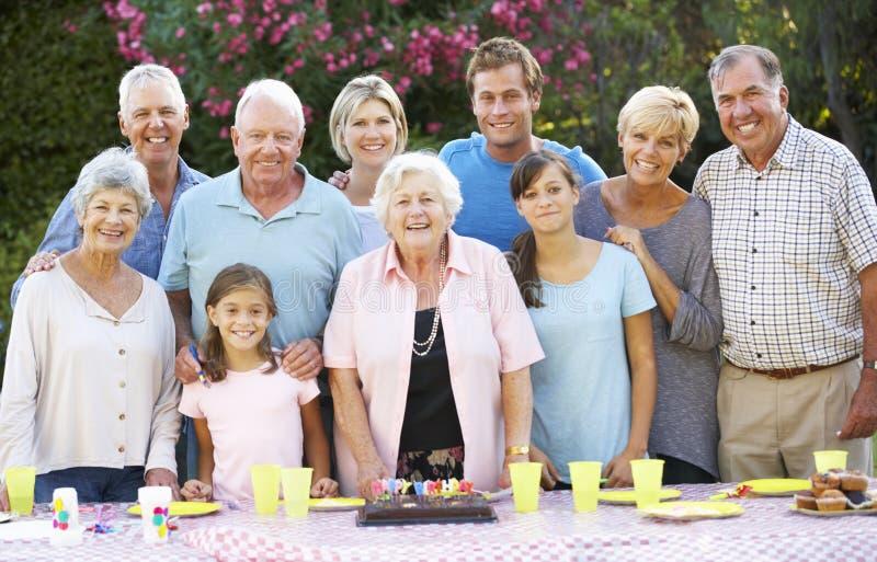 Grupp för stor familj som firar födelsedag utomhus arkivfoto