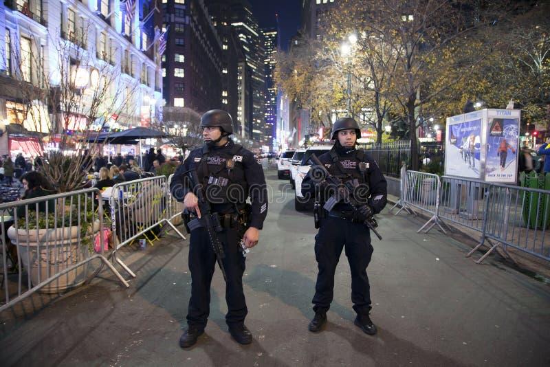 Grupp för svar för NYPD-polisen strategisk i Herald Square NYC fotografering för bildbyråer