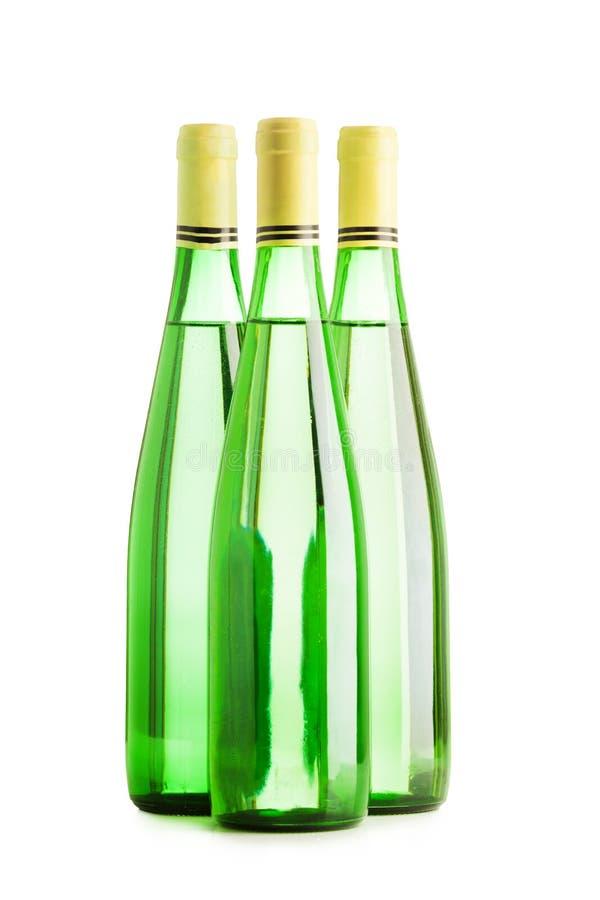 Grupp för tre vinflaskor som isoleras på vit royaltyfria bilder