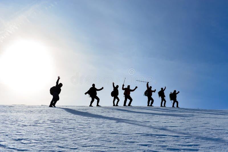 Grupp för vinterfotvandrareklättrare; fotvandra trekking som går royaltyfria bilder