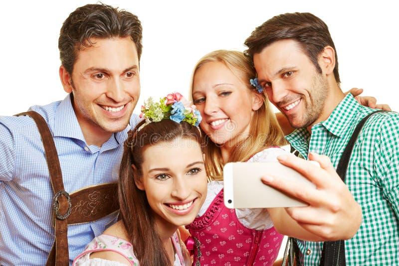 Grupp i bavaria som tar selfie royaltyfria foton