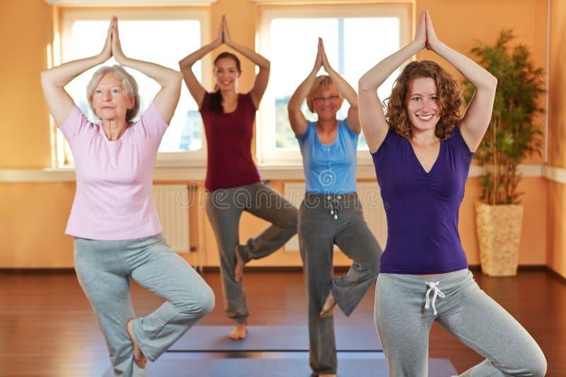 Grupp i yogagrupp i hälsoklubba arkivfoto