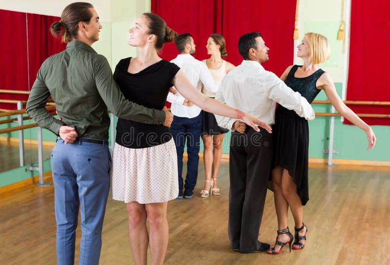 Grupp människor har gyckel, medan dansa valsen arkivbilder