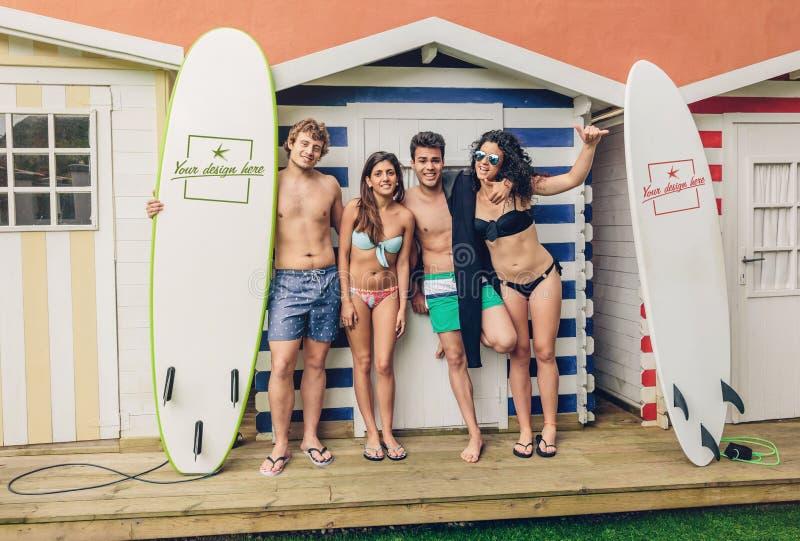 Grupp människor i baddräkten som har roligt utomhus arkivbild
