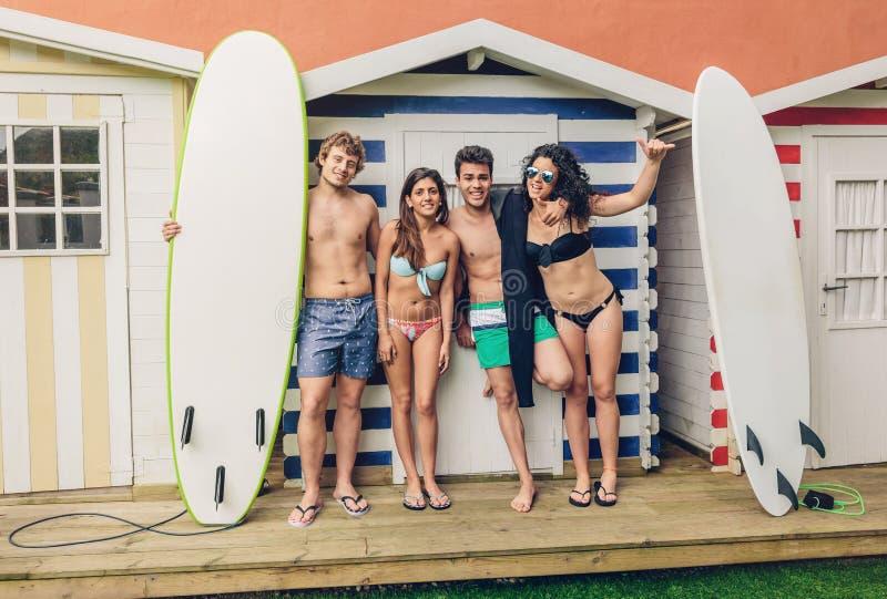Grupp människor i baddräkten som har roligt utomhus arkivfoto
