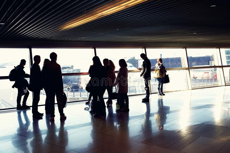 Grupp människor i en flygplats royaltyfria foton