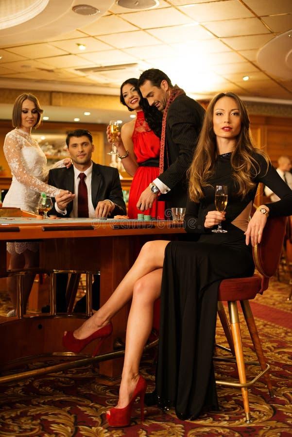 Grupp människor i kasino royaltyfria foton
