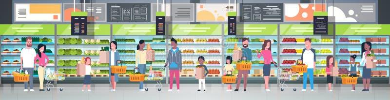 Grupp människor i supermarketinnehavpåsar, korgar och driftiga spårvagnar över hyllor med livsmedelsbutikproduktConsumerism royaltyfri illustrationer