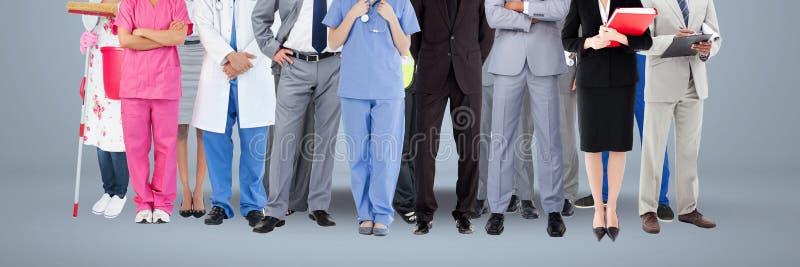 Grupp människor med olikt jobb rusar anseende med grå bakgrund arkivbild