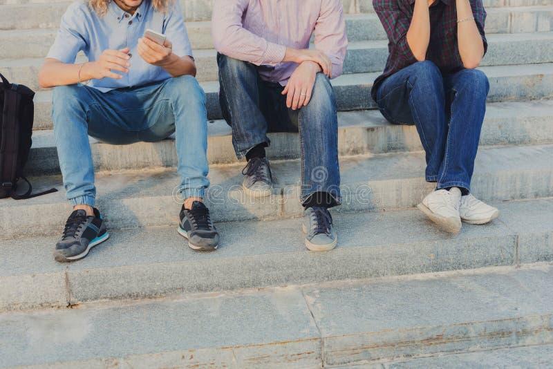Grupp människor med utomhus- grejer, kopieringsutrymme royaltyfria foton