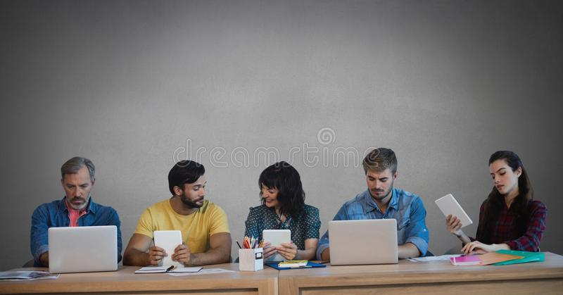 Grupp människor på apparater framme av grå bakgrund stock illustrationer