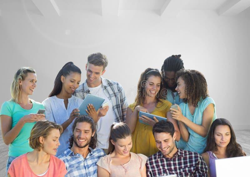 Grupp människor på apparater framme av rum arkivbilder