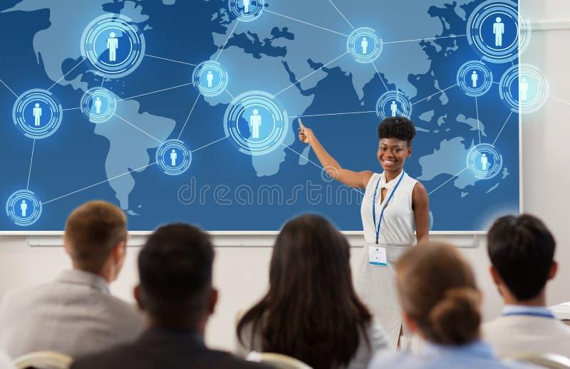 Grupp människor på den affärskonferensen eller föreläsningen royaltyfri bild