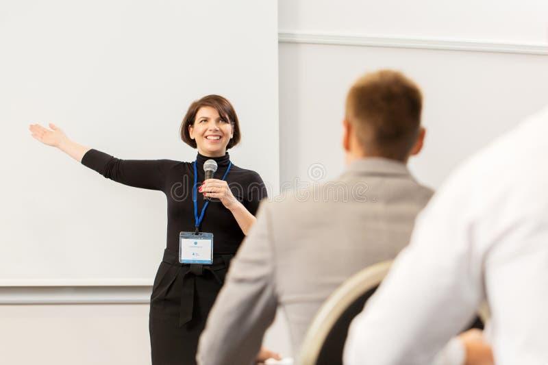 Grupp människor på den affärskonferensen eller föreläsningen arkivbild