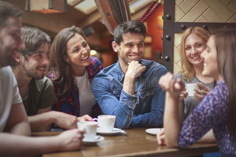 Grupp människor på kafét arkivfoton