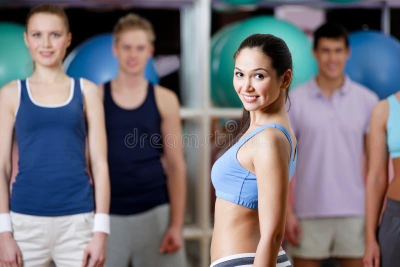 Grupp människor på utbildningsidrottshallen royaltyfria bilder