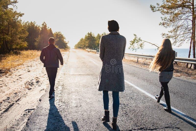 Grupp människor promenerar vägen på sjösidan tre barn royaltyfria foton