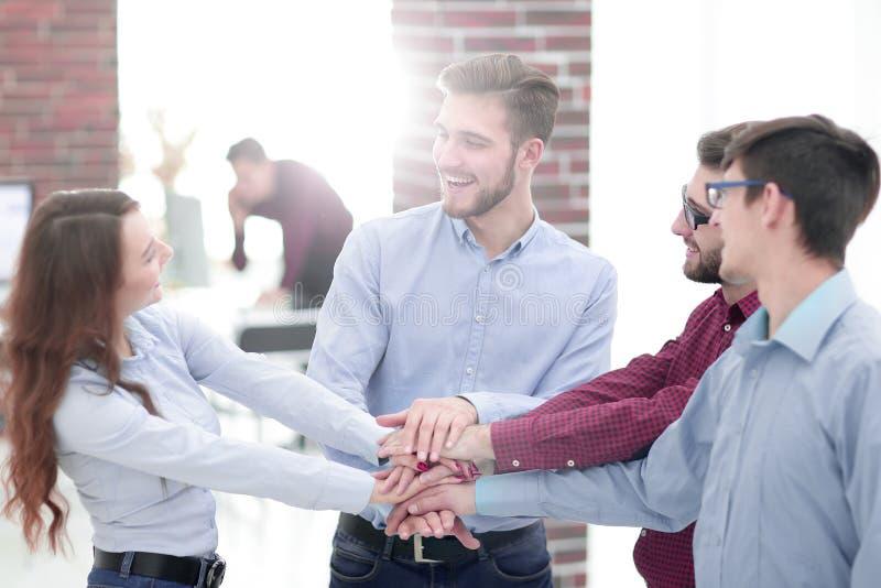 Grupp människor räcker tillsammans partnerskapteamwork arkivbilder