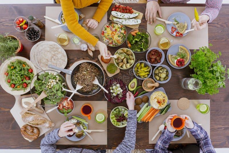 Grupp människor som äter matställen arkivbilder