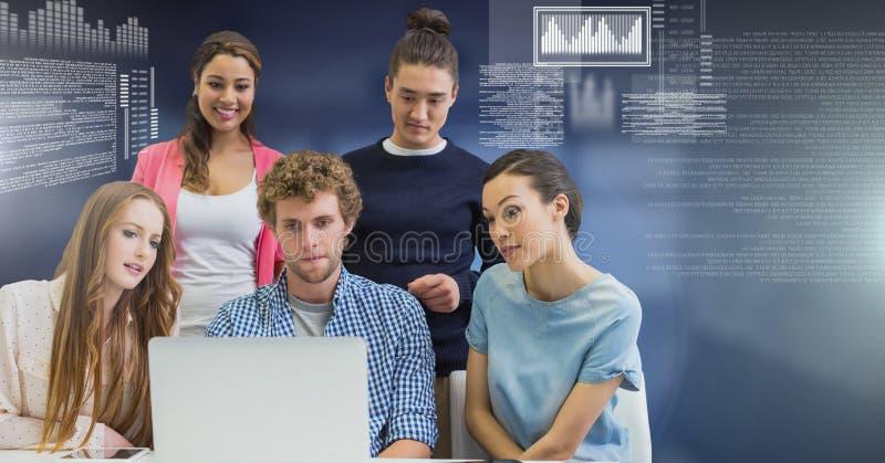 Grupp människor som arbetar på bärbara datorn med skärmtextmanöverenheten arkivbild