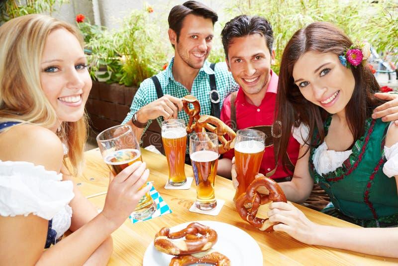Grupp människor som dricker öl arkivfoto