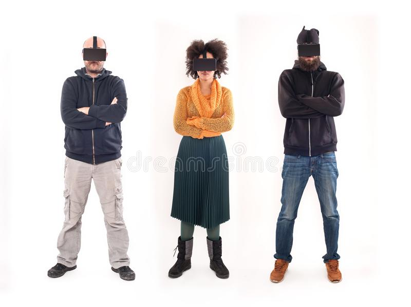 Grupp människor som har gyckel med virtuell verklighetexponeringsglas royaltyfria foton
