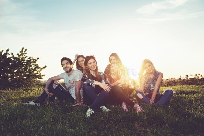 Grupp människor som har roligt utomhus royaltyfri bild