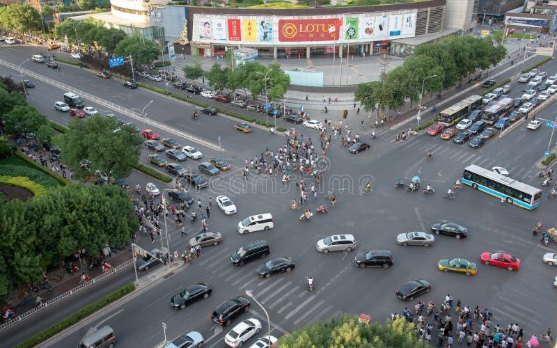 Grupp människor som korsar en hög trafikaveny i staden av, är royaltyfri fotografi