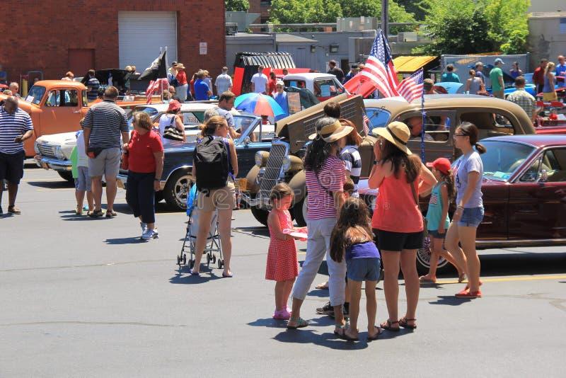 Grupp människor som omkring går och att beundra tillträden för auto show, Saratoga Springs, New York, 2016 arkivbilder