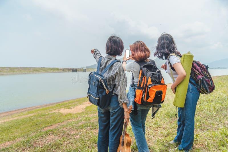 Grupp människor som reser med vägtur i regnskog i helgsommar - lopp- och rekreationlivsstilbegrepp royaltyfria foton