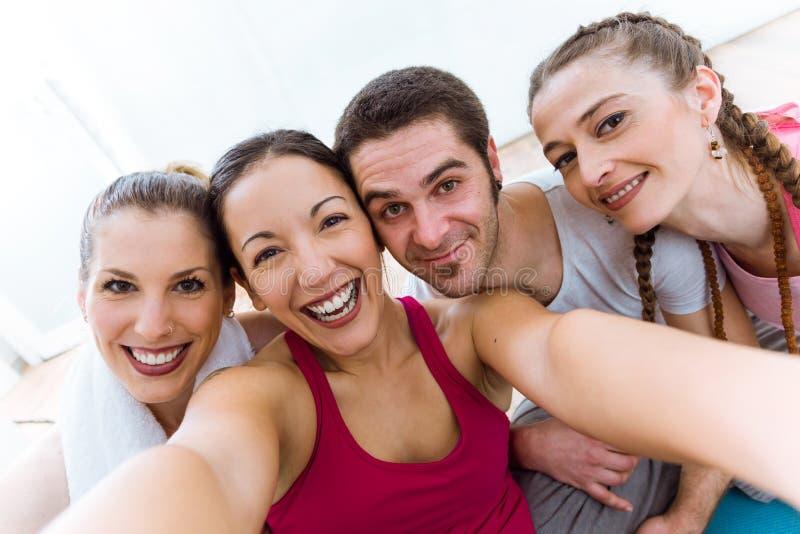 Grupp människor som tar en selfie efter yogaperiod arkivfoton